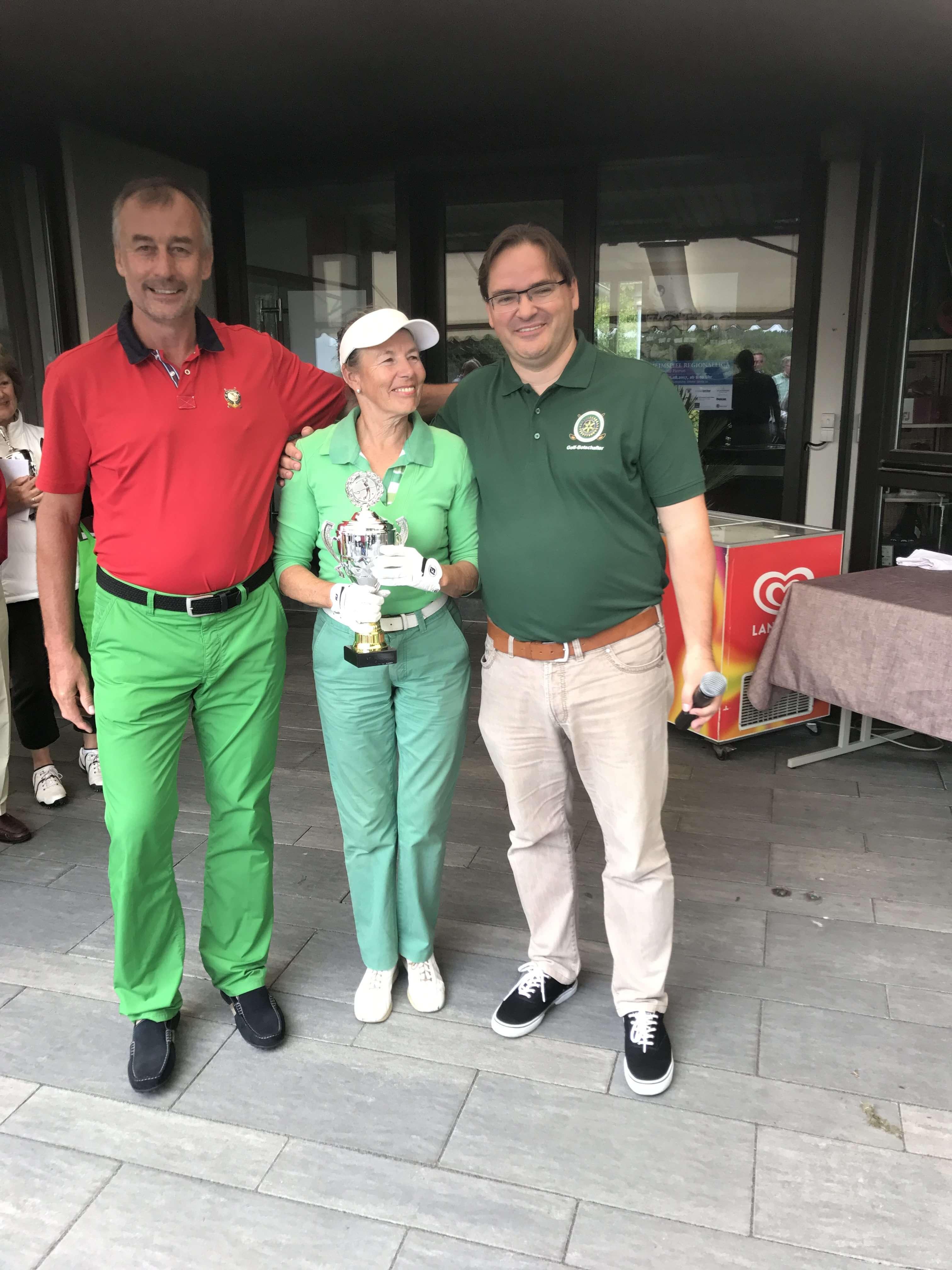 Elke Helbig, 3. Platz Brutto Damen nach Stechen mit den Vorstandsmitgliedern Wolfram Benesch, Thomas Hasak